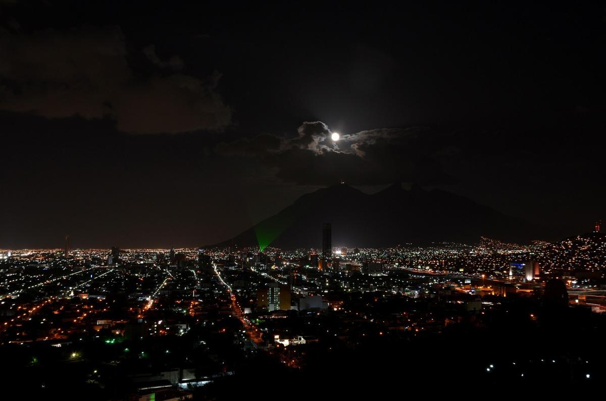 Bajo la Luna de esta Gran Ciudad
